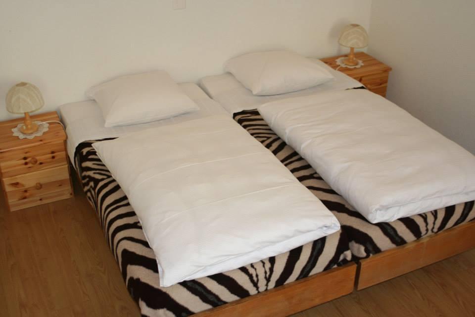 "room 3 beds ""B"" © chambre 3 lits ""B"""