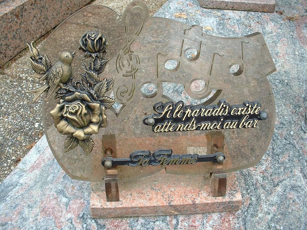 plaque funéraire © wikipédia