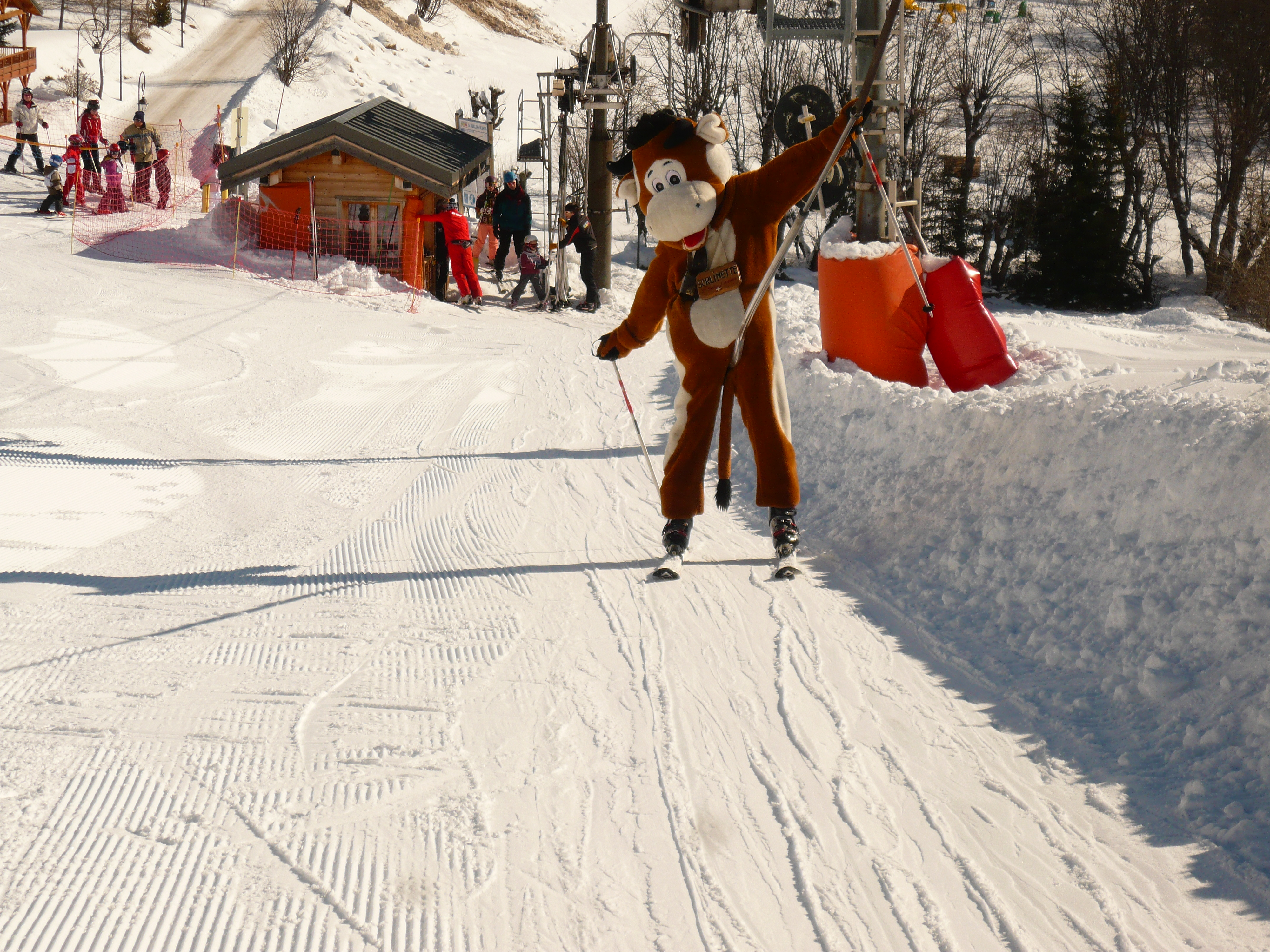 Sorlinette, la mascotte de Saint Sorlin d'Arves fait du ski © Office de Tourisme de Saint Sorlin d'Arves