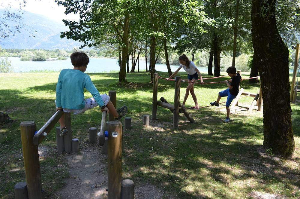 Jeux enfants au Lac des Hurtières © Jacqueline Guillaume