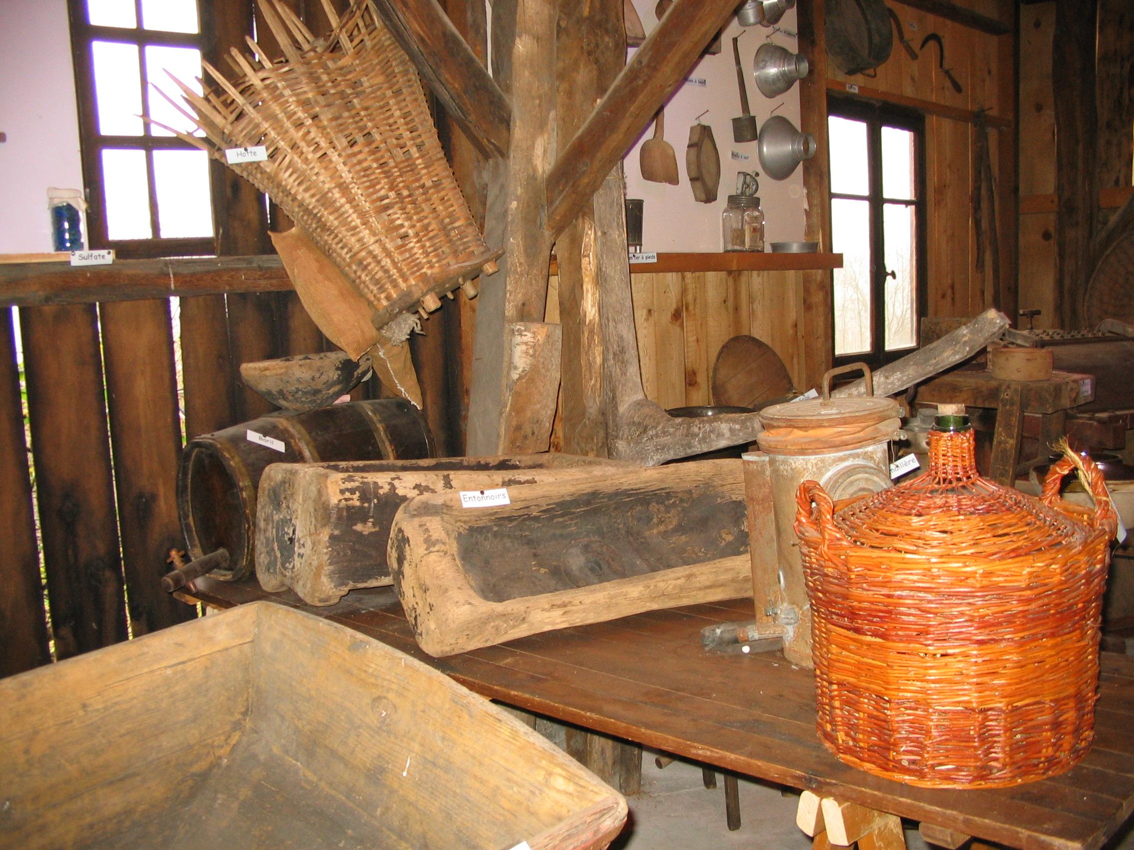 Hangar outils vin © Musée du Félicien