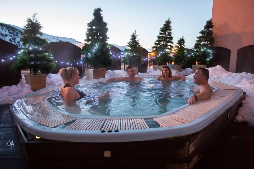 hot tub © hot tub
