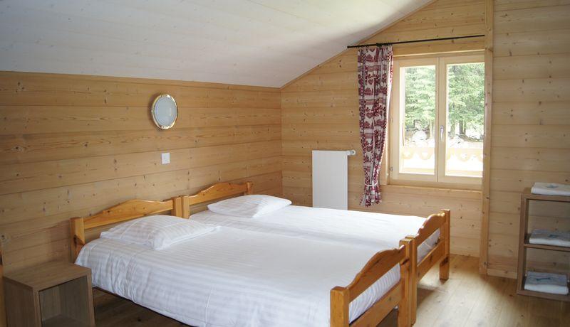 chambre de deux/trois lits avec douche/WC