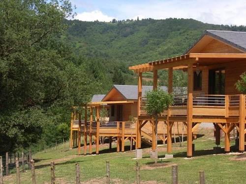 Location g tes vacances dans village en aveyron avec piscine for Location gite avec piscine aveyron